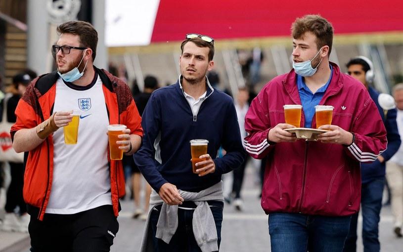 Angielscy fani przed stadionem Wembley podczas Euro 2020 /AFP