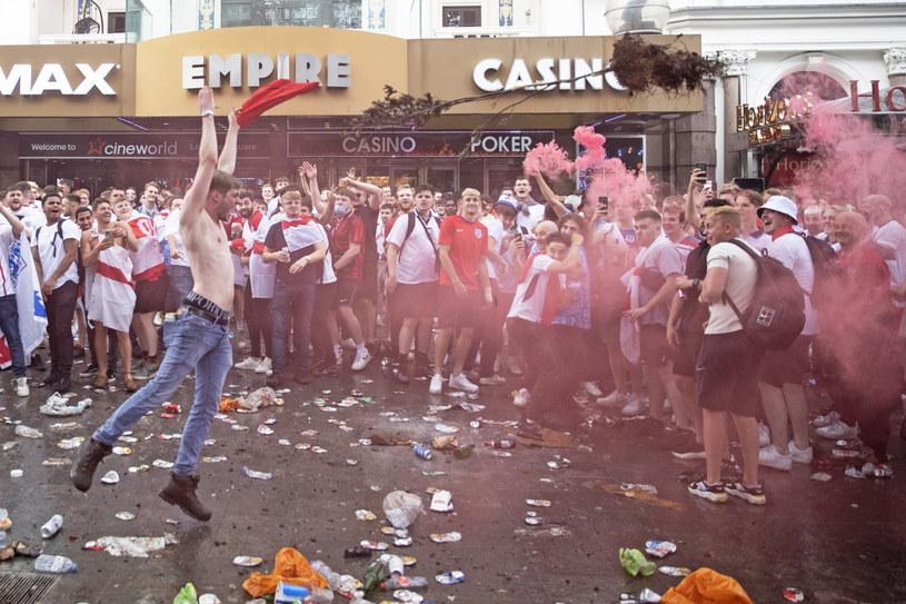 Angielscy kibice przed finałowym meczem Euro 2020 /JOSHUA BRATT /PAP/EPA