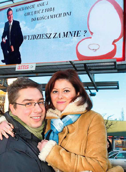 Ania i Leszek pod zaręczynowym billboardem  /Kosma /Życie na gorąco