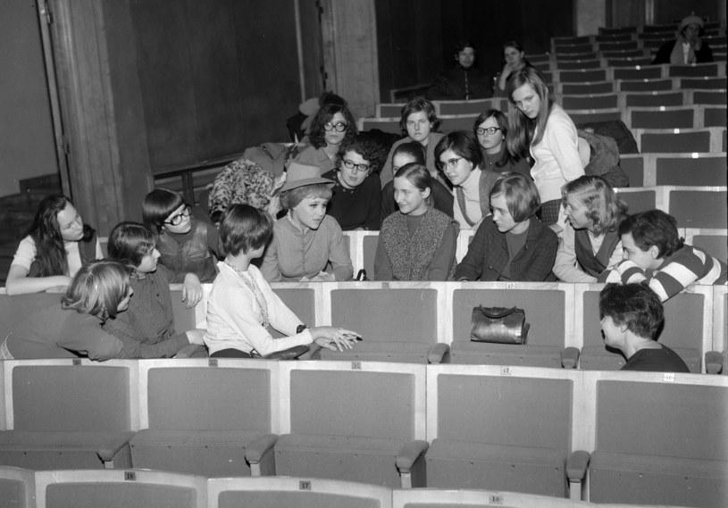 Anita Dymszówna ze studentami w 1970 roku /Andrzej Wiernicki /Agencja FORUM