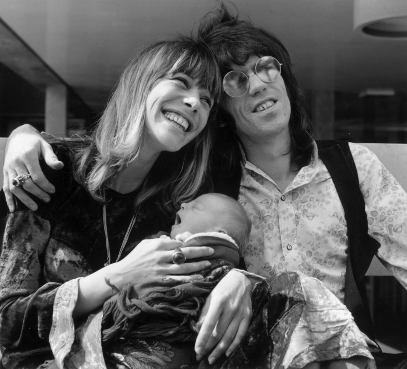 Anita Pallenberg i Keith Richards z ich synkiem Marlonem /fot. John Minihan/Hulton Archive /Getty Images