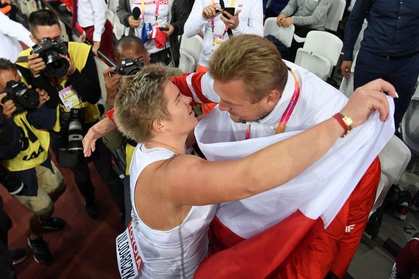 Anita Włodarczyk i trener Krzysztof Kaliszewski po zdobyciu złotego medalu na tegorocznych MŚ w Londynie /AFP