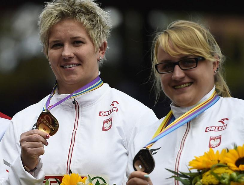 Anita Włodarczyk (z lewej) i Joanna Fiodorow z medalami ME 2014 /AFP