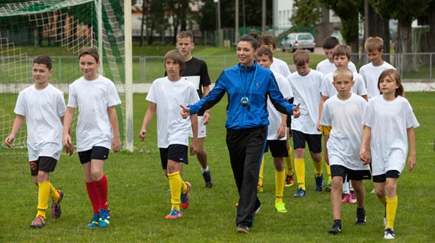 Anka (Karolina Gorczyca) – jako trenerka młodych piłkarzy - miała 14 par sportowych butów i 11 dresów. /Mikołaj Tym / Aktiv Media /materiały prasowe