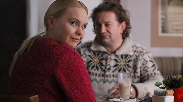 Anka (Magda Stużyńska-Brauer). po wypadku samochodowym spowodowanym pod wpływem alkoholu, trafi na leczenie do klubu AA, gdzie pozna Krzysztofa... /Polsat