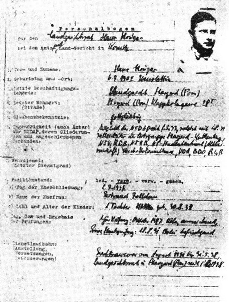 Ankieta personalna Hans Kruegera, odnaleziona w archiwach chojnickich. Wynika z niej, że Landgerichtstrat  Krueger był członkiem NSDAP już w 1933 r. Fot. Tadeusz Galec, Archiwum historiachojnic. com /