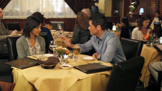 "Ann Perkins (Rashida Jones) i Chris Traeger (Rob Lowe) z serialu ""Parks and Recreation"" /materiały prasowe"