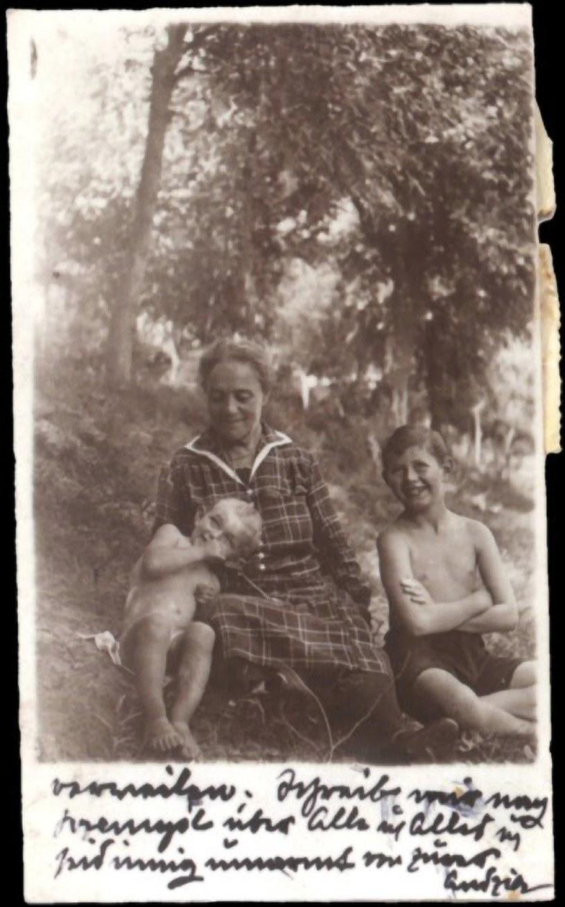 Anna (Andzia) Landau z wnuczkami. Pocztówka została wysłana w lipcu 1928 z Zaleszczyk do Wiednia /Laski Diffusion /East News