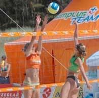 Anna Białobrzeska (z lewej) blokuje atak podczas finału /W. Forbert