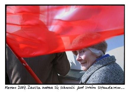 Anna Bohdziewicz, Staruszka i flaga, 2007 /materiały prasowe