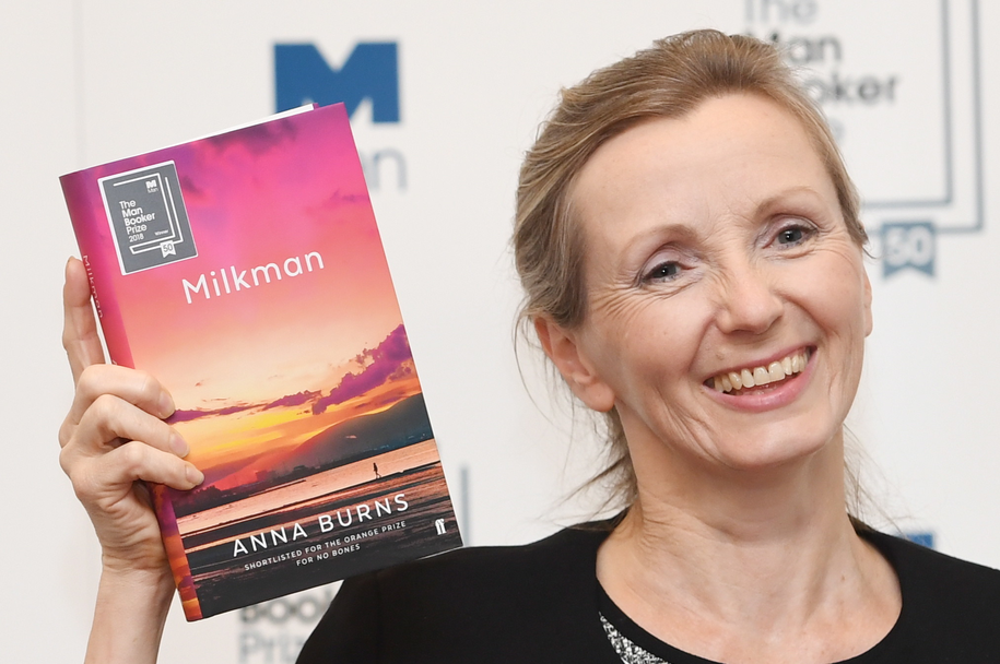 """Anna Burns z nagrodzonym Nagrodą Bookera """"Milkmanem"""" w ręku /FACUNDO ARRIZABALAGA /PAP/EPA"""
