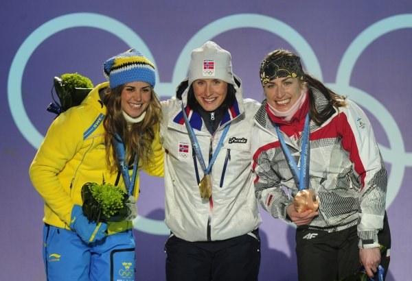 Anna Haag, Marit Bjoergen i Justyna Kowalczyk na podium biegu łączonego /AFP