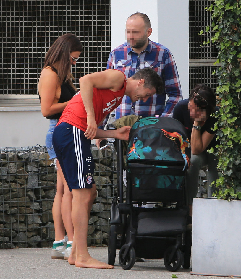 Anna i Robert Lewandowski z córką Klarą /East News