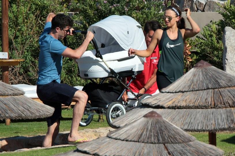Anna i Robert samo noszą wózek /East News