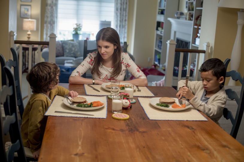 """Anna Kendrick w filmie """"Zwyczajna przysługa"""" /materiały prasowe"""