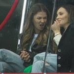 Anna Lewandowska i Marina Szczęsna pozują na zdeptanym szaliku. Znieważyły barwy narodowe?