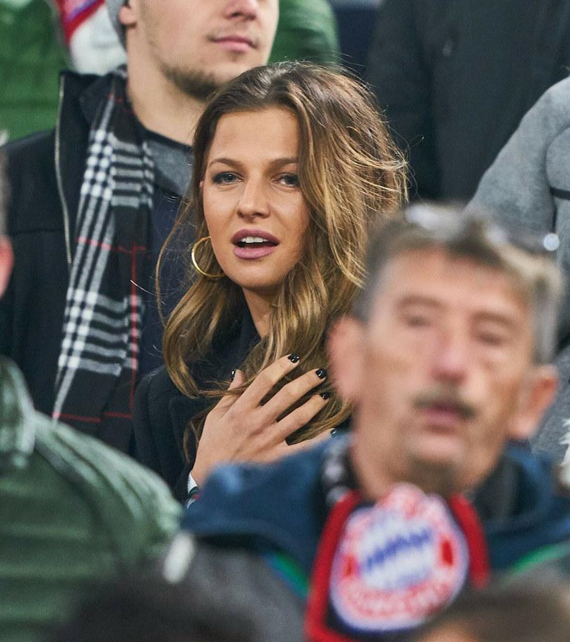 Anna Lewandowska jest najbardziej rozpoznawalną polską WAG. Ale pojawiła się jeszcze jedna ukochana piłkarza, która bije rekordy popularności /Peter Schatz /East News