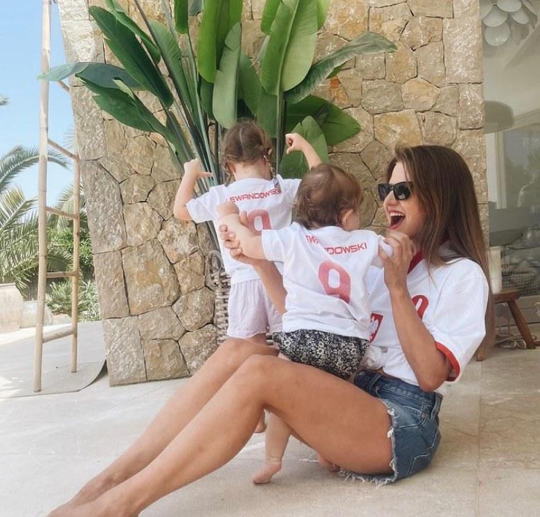 Anna Lewandowska z córkami kibicuje mężowi. https://www.instagram.com/annalewandowskahpba/