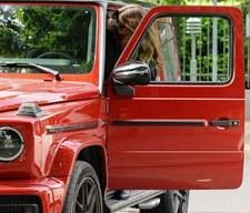 Anna Lewandowska z trudem wsiada do ogromnego Jeepa