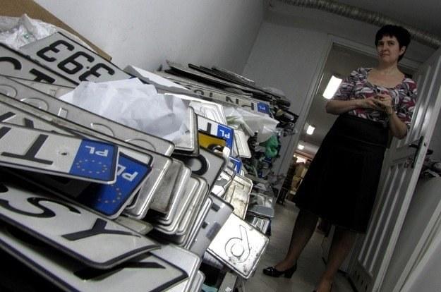 Anna Magdowska-Brzezik z toruńskiego Urzędu Miasta pokazuje górę tablic do zniszczenia /RMF