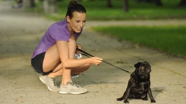 Anna Mucha na spacerze z psem /AKPA