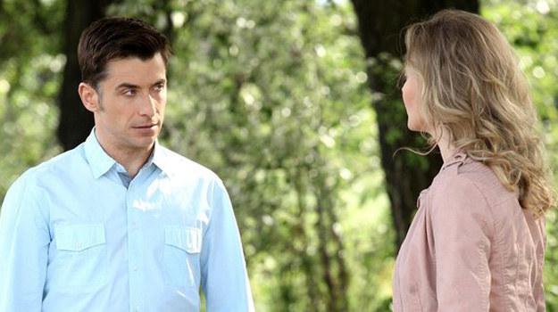 Anna nie chce dłużej walczyć z emocjami - i okłamywać Marka… Prosi, by Mostowiak wybrał się z nią na krótki spacer i wyznaje całą prawdę. /www.mjakmilosc.tvp.pl/
