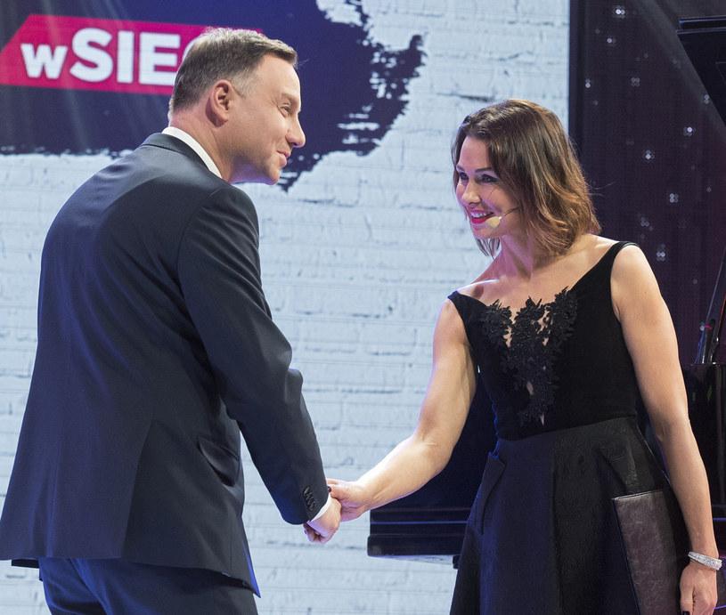 """Anna Popek gratuluje Andrzejowi Dudzie tytułu """"Człowieka wolności"""" /Jacek Domiński /Reporter"""