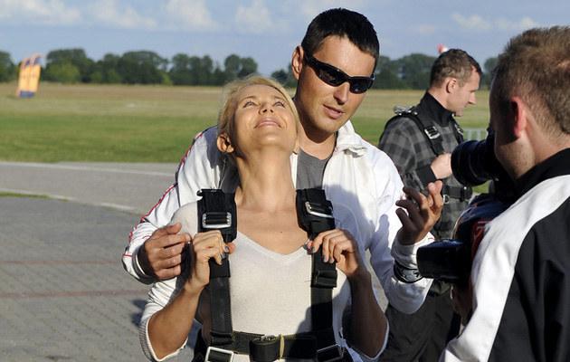 Anna Samusionek podczas skoku ze spadochronem /Jacek Kurnikowski /AKPA