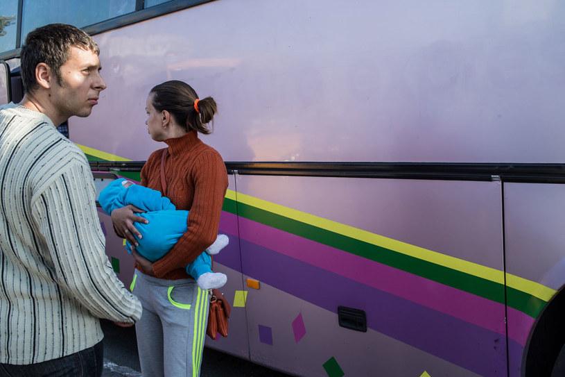 Anna wraz z trzymiesięcznym dzieckiem wraca do Ługańska, z którego uciekła 2 miesiące wcześniej. Niestety nie udało jej się znaleźć pracy i usiała wrócić na ogarnięte wojną tereny /Getty Images