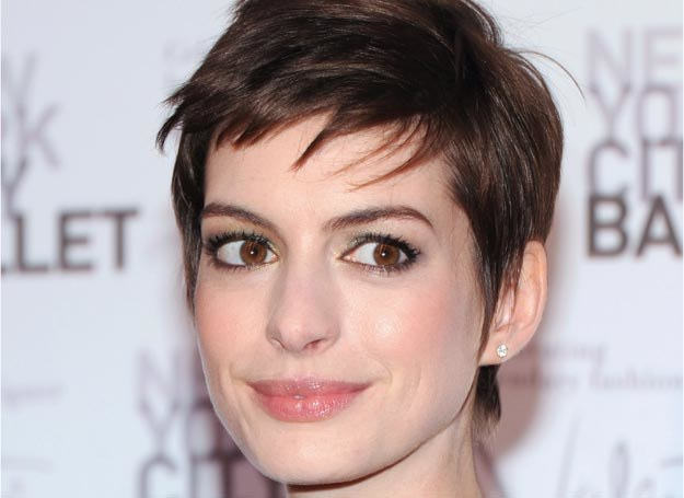 Anne Hathaway i je postrzępiona grzywka /Getty Images/Flash Press Media