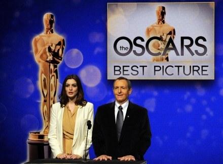 Anne Hathaway i Tom Sherak ogłaszaja oscarowe nominacje /AFP