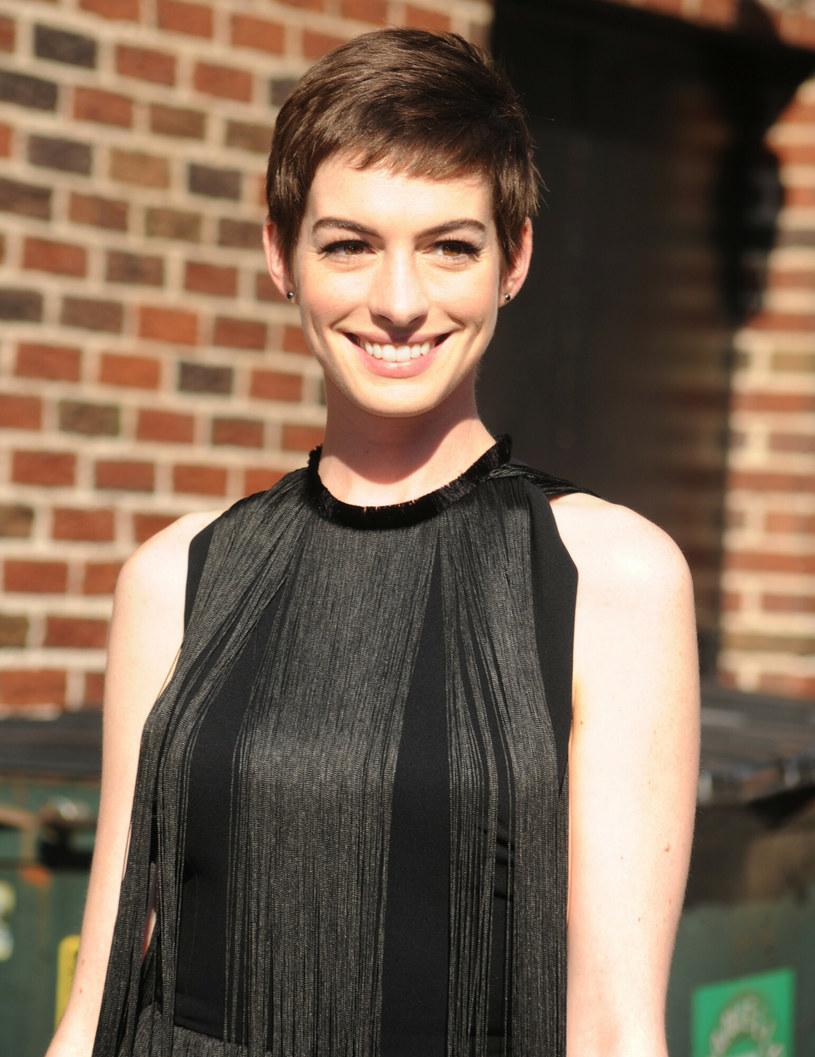 Anne Hathaway świetnie prezentowała się w pixie cut /LFI/Photoshot /East News