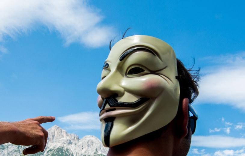 Anonimowi ogłosili, że zhakowali 5,5 tys. kont IS na Twitterze /AFP