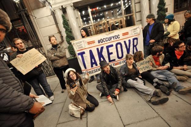 Anonymous i TeaMp0isoN zapowiadają ataki na banki - w ramach solidarności z Oburzonymi /AFP