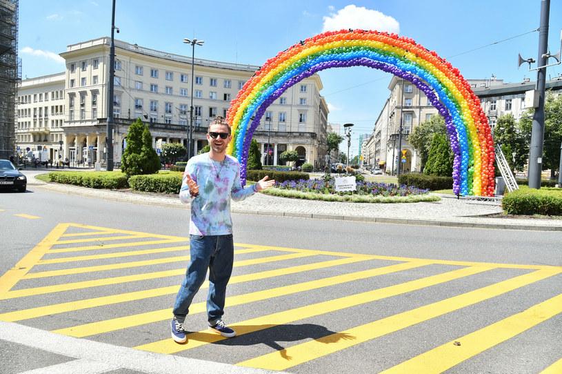 Antek Królikowski przy balonowej tęczy na placu Zbawiciela /Artur Zawadzki /East News