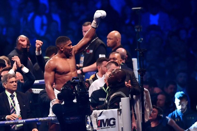 Anthony Joshua cieszy się po zwycięstwie /AFP