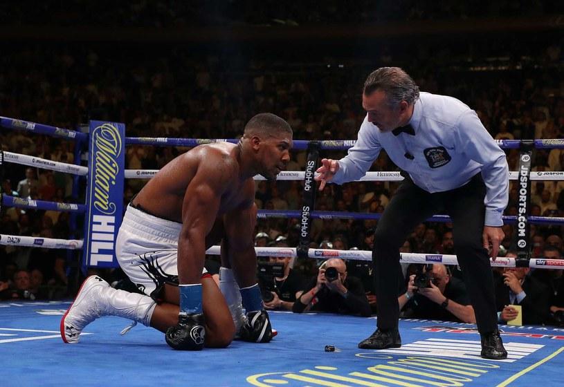 Anthony Joshua liczony przez sędziego podczas pierwszej walki z Andy Ruizem jr. W drugim starciu Anglik wziął rewanż /AFP
