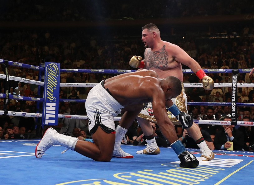 Anthony Joshua sensacyjnie przegrał z Andy Ruizem jr w Nowym Jorku. Jak będzie dziś wieczorem na ringu w Arabii? /AFP