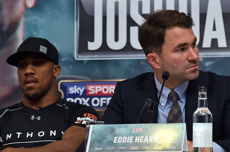 Anthony Joshua (z lewej) i Eddie Hearn /AFP