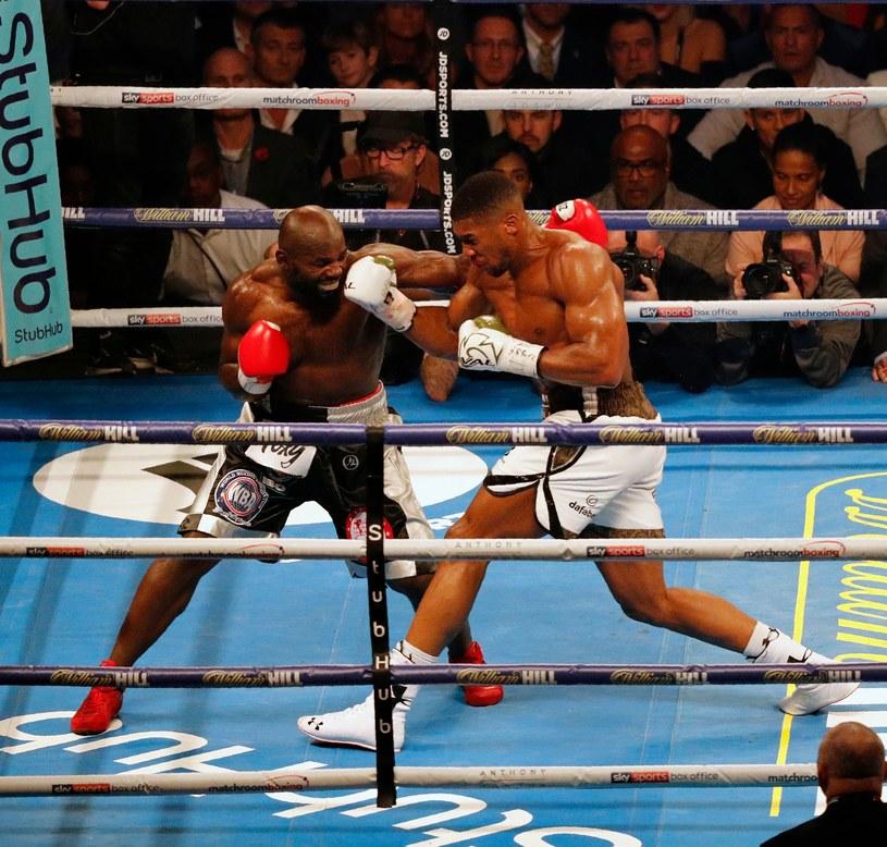 Anthony Joshua (z prawej) pokonał Carlosa Takama /AFP