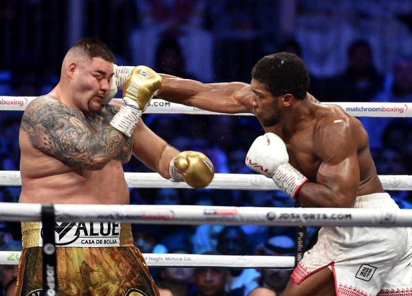 Anthony Joshua (z prawej) w pojedynku rewanżowym z Andym Ruizem jr. /AFP