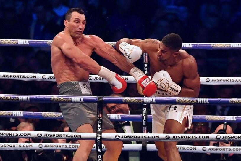 Anthony Joshua (z prawej) znokautował Władimira Kliczkę na Wembley /AFP