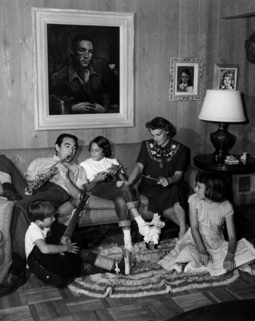 Anthony Quinn z żoną Katherine i trójką dzieci w 1952 roku /AKG Images /East News