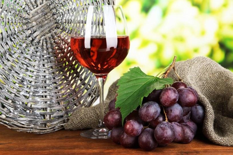 Antocyjany można znaleźć między innymi w czerwonym winie i ciemnych winogronach /123RF/PICSEL
