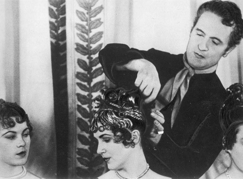Antoine podczas ukêadania fryzur w Nowym Jorku w 1937 r /Styl.pl/materiały prasowe