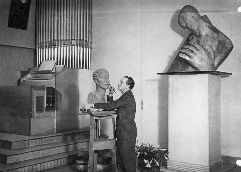 Antoine rzeźbiący w swym paryskim mieszkaniu 1933 r /Styl.pl/materiały prasowe