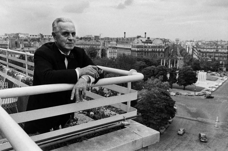 Antoni Cierplikowski czesał najważniejsze głowy świata. Zmarł jako skromny staruszek. Na zdjęciu: Cierplikowski na balkonie swojego mieszkania w Paryżu (1963) /Władysław Sławny /materiały prasowe