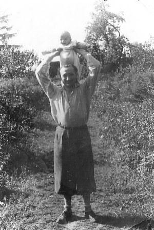 """Antoni Heda """"Szary"""" z półroczną córeczką Teresą. Pod Włocławkiem, lato 1946 roku (zbiory Teresy Hedy-Snopkiewicz) /materiały prasowe"""