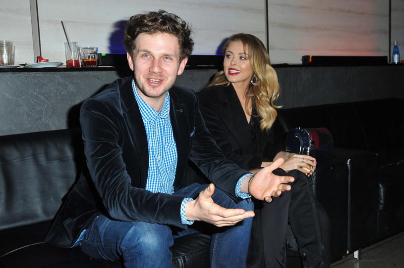 """Antoni Królikowski i Joanna Opozda na premierze spektaklu """"Szalone nożyczki"""" /Artur Zawadzki /Reporter"""