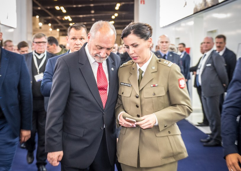 Antoni Macierewicz i rzeczniczka MON Anna Pęzioł-Wójtowicz /Jacek Domiński /Reporter